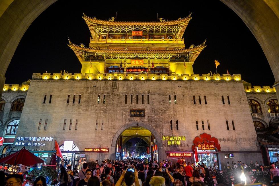 河南洛阳古城爆满 游客抱怨除了人啥也没看到 - 海阔山遥 - .