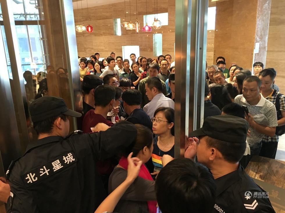 【图片新闻】安徽铜陵一餐厅开业免费吃 引市民哄抢浪费严重 - 耄耋顽童 - 耄耋顽童博客 欢迎光临指导