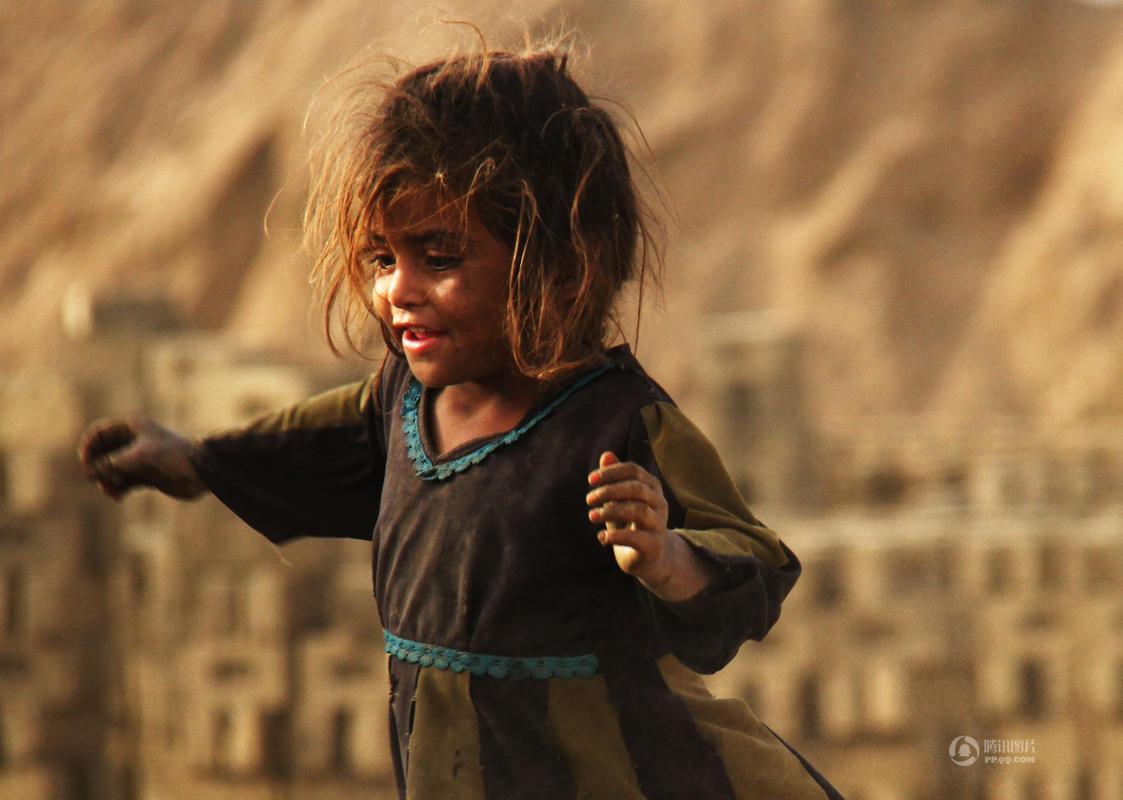 【图片新闻】实拍阿富汗童工:光脚搬砖补贴家用 - 耄耋顽童 - 耄耋顽童博客 欢迎光临指导