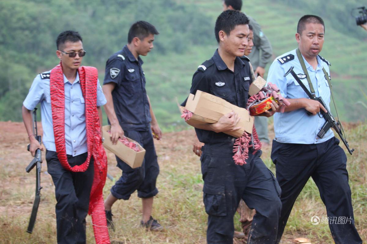 云南出动直升机挖掘机救助被困野象 - 海阔山遥 - .