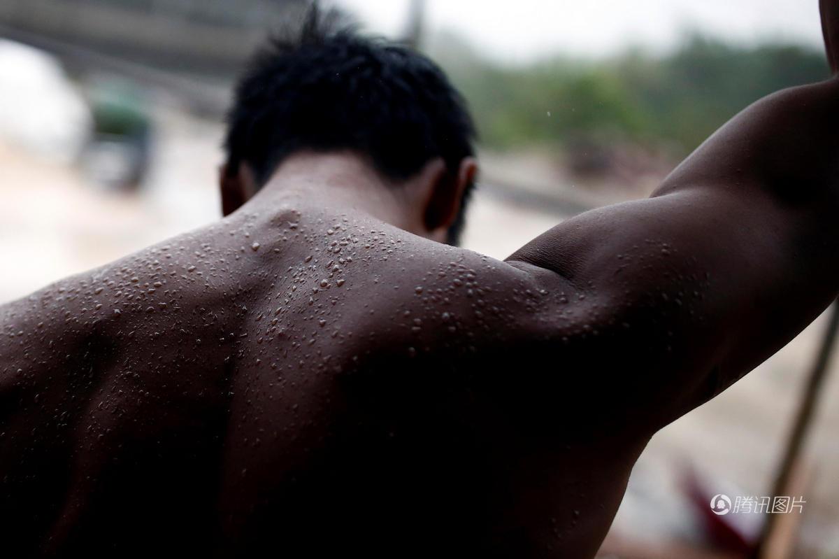90后民工每天搬砖5千块 练出一身肌肉成网红