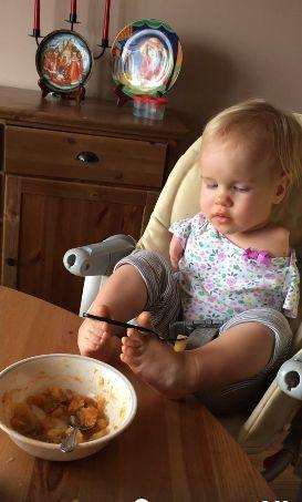 太感动!女童天生没有双臂 用小脚努力喂自己吃 - 海阔山遥 - .