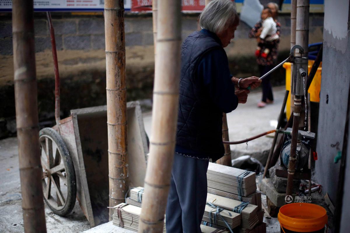 浙江小脚老人102岁高龄 仍自己洗衣每天喝白酒 - 海阔山遥 - .