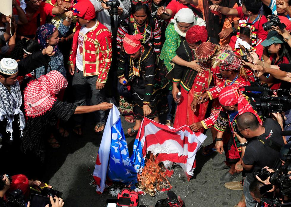 菲民众游行烧美国国旗 支持杜特尔特 - 海阔山遥 - .