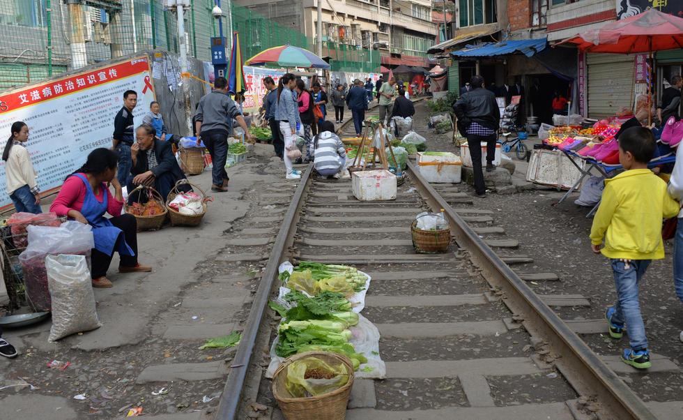 """贵州遵义""""铁路菜市"""":火车直接从菜摊上开过 - 海阔山遥 - ."""