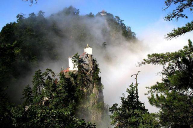孤悬绝壁400年 世界上最险要的房子在中国 - 海阔山遥 - .