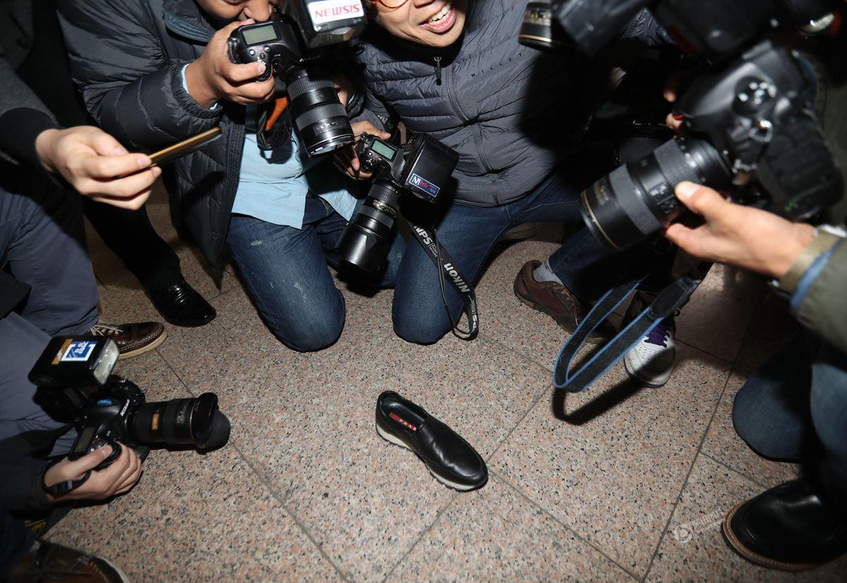 【图片新闻】朴槿惠闺蜜崔顺实现身检察院 名牌皮鞋被挤掉 - 耄耋顽童 - 耄耋顽童博客 欢迎光临指导