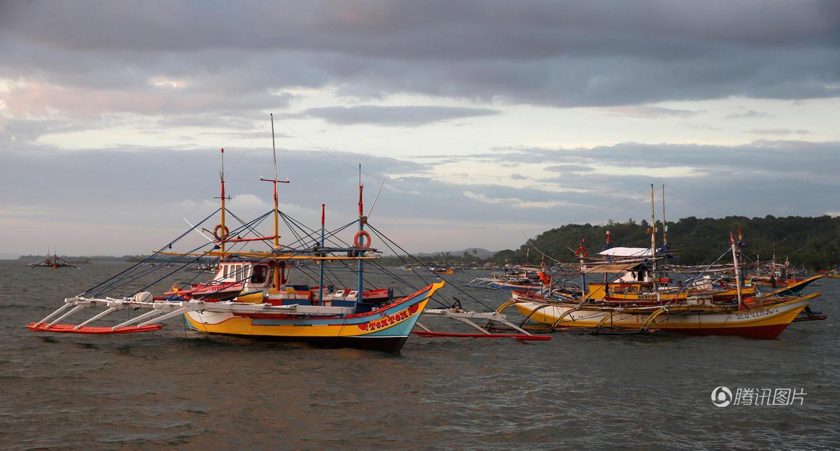 【图片新闻】菲律宾渔民从黄岩岛捕鱼归来 - 耄耋顽童 - 耄耋顽童博客 欢迎光临指导