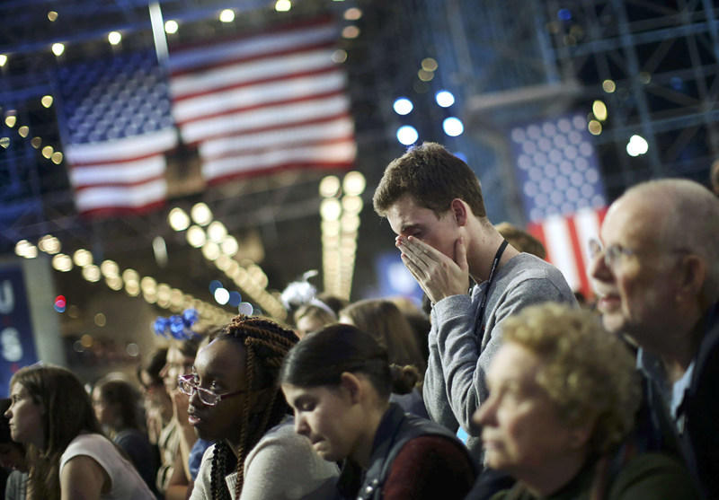 希拉里的支持者哭了 特朗普那边在欢呼 - 海阔山遥 - .