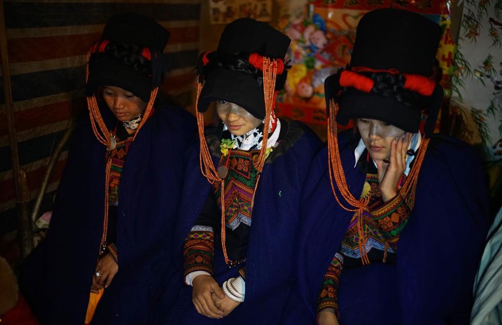 """四川彝族新娘爬钢梯嫁进""""悬崖村"""" - 海阔山遥 - ."""