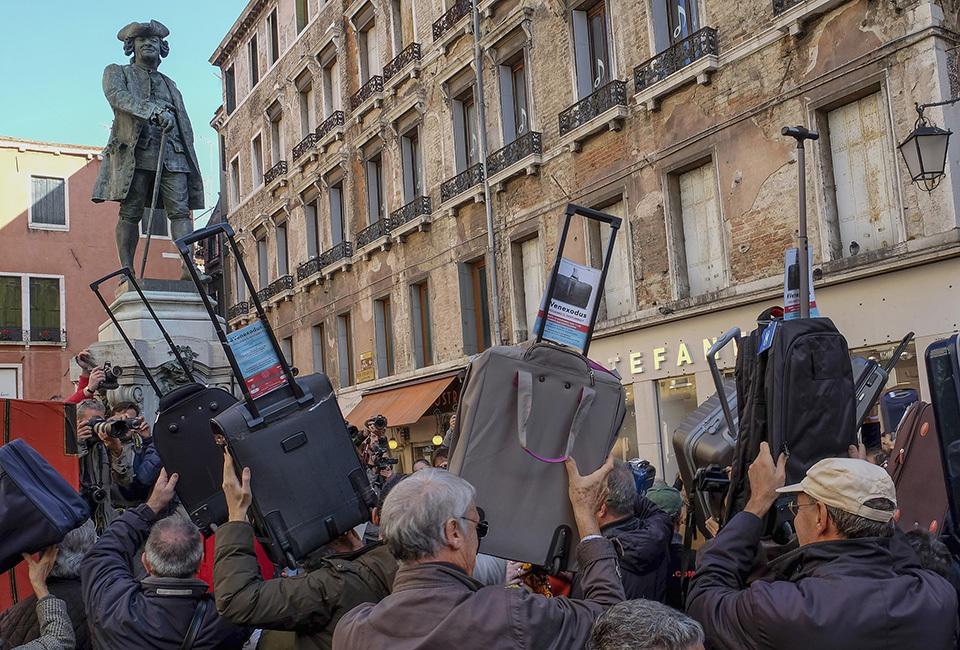 威尼斯民众举行李箱游行 抗议游客数量增加 - 海阔山遥 - .