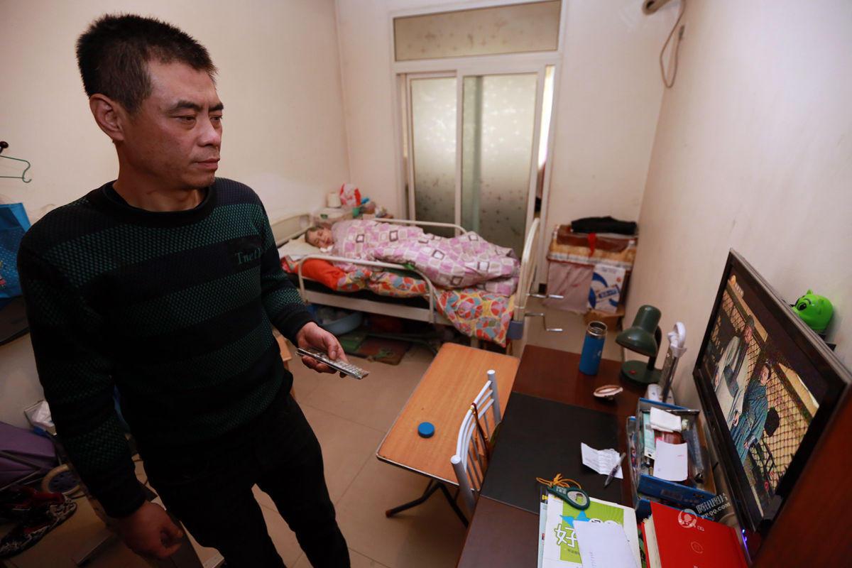 男子卖房卖车耗百万积蓄 照顾植物人妻子10年 - 海阔山遥 - .