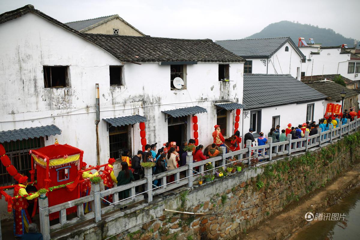 皖南小镇与摄影结缘 数万人上街庆祝