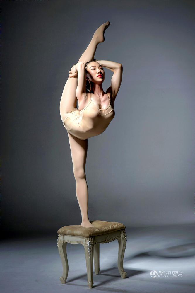 女子穿肉丝装展示柔术 动作高难仿若无骨 - 海阔山遥 - .