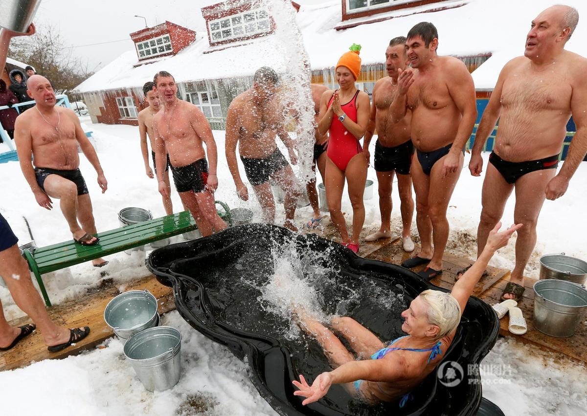 真战斗民族!俄罗斯民众雪地中挑战冰桶 - 海阔山遥 - .