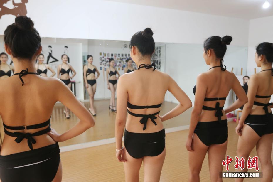 高清:高三女生备战艺考 形体课泳装秀好身材