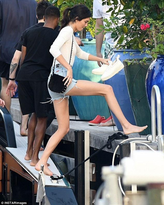 高清:腿长2米!金小妹真空出街热裤秀身材