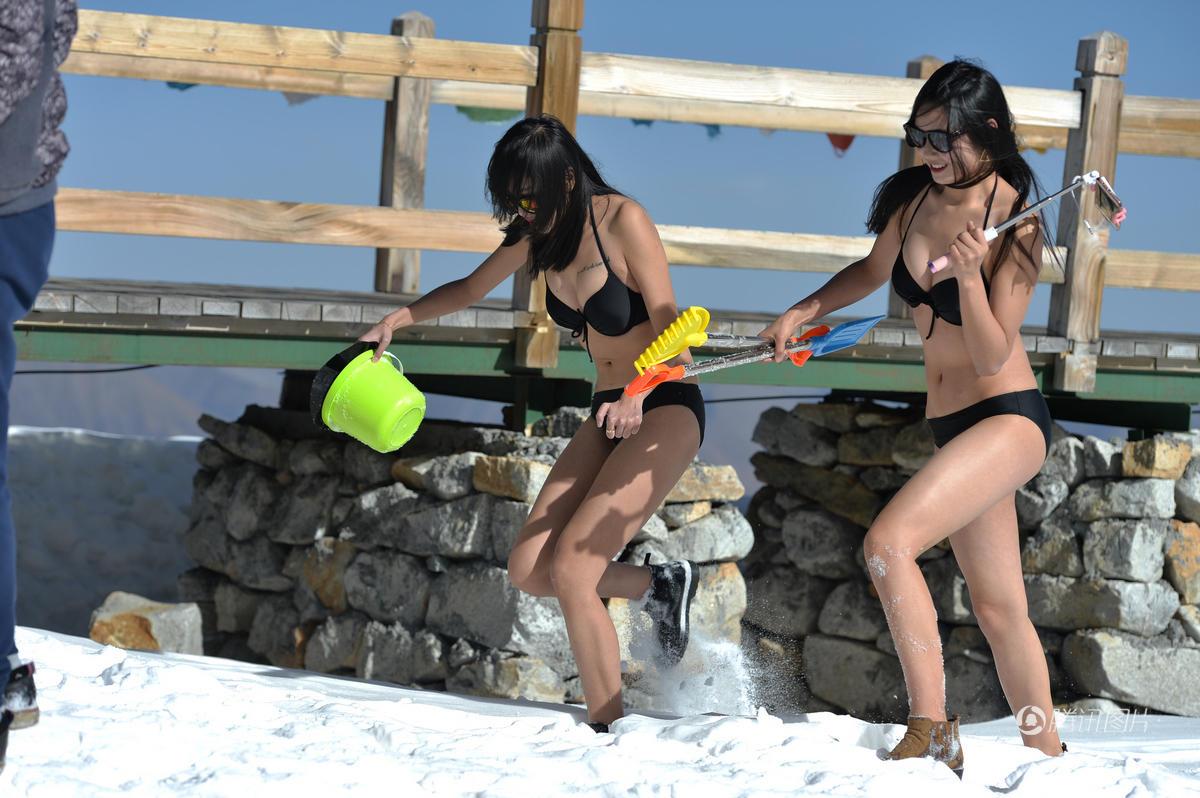 女子穿比基尼海拔5000米雪山上直播 - 海阔山遥 - .