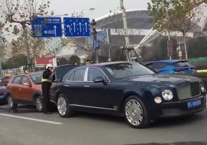 浙江嘉兴车牌5个8的宾利车被追尾 保险公司哭惨了