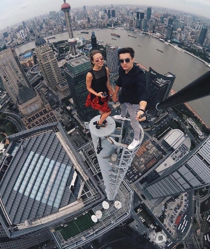组图:腿软!美女高空自拍 无保护爬摩天大楼 - 海阔山遥 - .