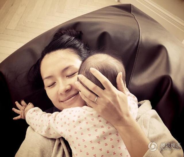 章子怡为女儿庆生 醒醒越长越好看