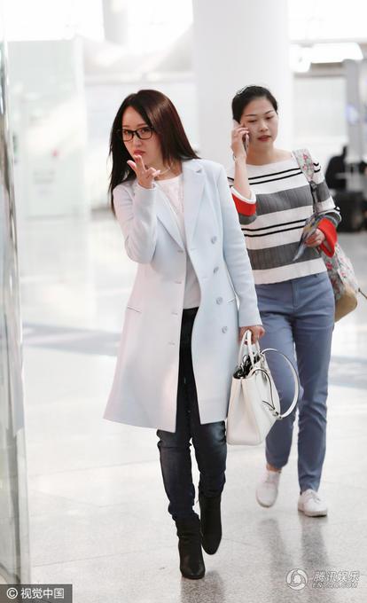 45岁杨钰莹现身机场 完全就是少女的模样 (组图)