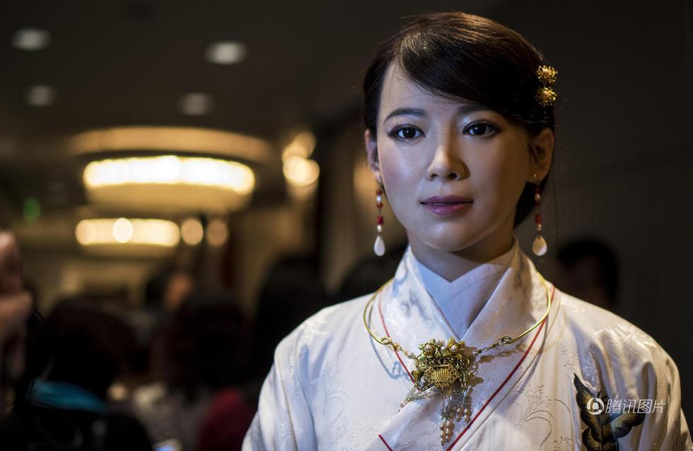 中国首款体验交互机器人亮相 自称单身