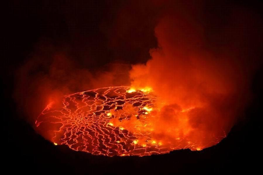 这些地方竟然可以安全的观看火山熔岩流动!