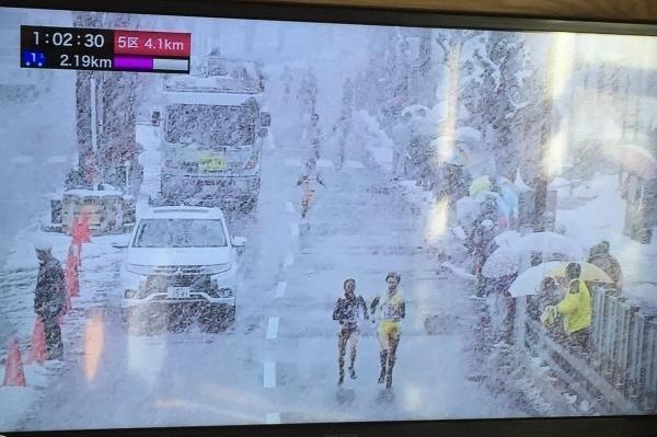 """看傻眼!日本女子暴风雪中跑接力 画面""""凄惨"""""""