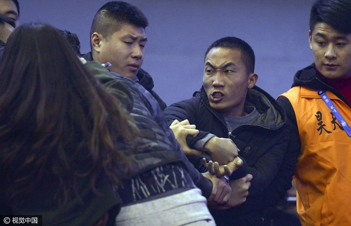 高清:CBA球迷看台爆冲突 握拳争执被安保带离