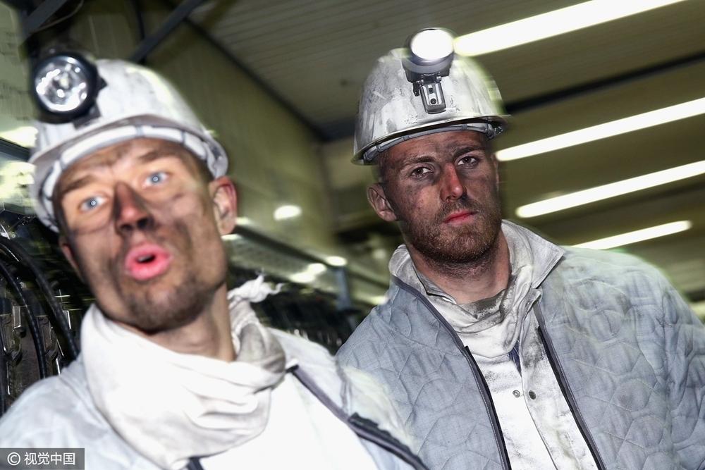 德甲球员下矿井挖煤 一脸煤灰难掩耍帅的心