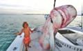 美国小兄妹跟老爸出海捕鲨鱼