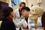 中国人的一天:中国整形市场井喷 韩国医生救场