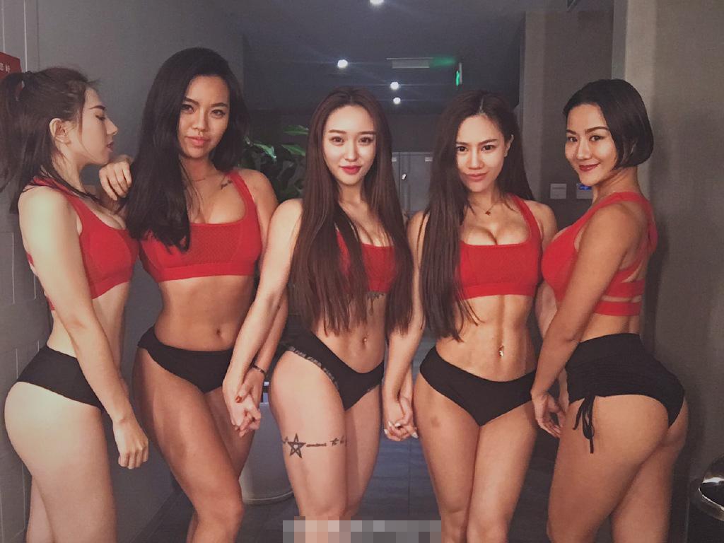 中国五臀神重聚泳装秀身材 网友:大了一个号