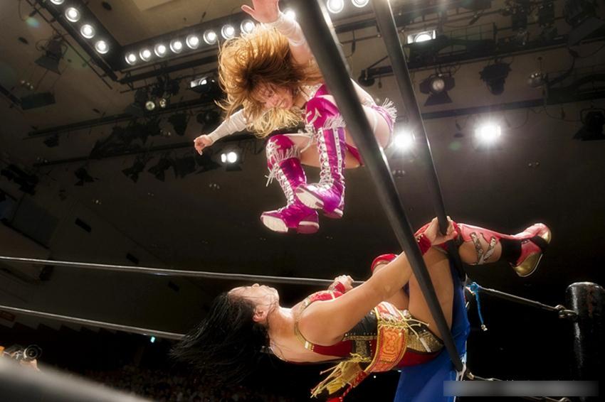 日本女子摔跤现奇葩招数 惊呆现场观众