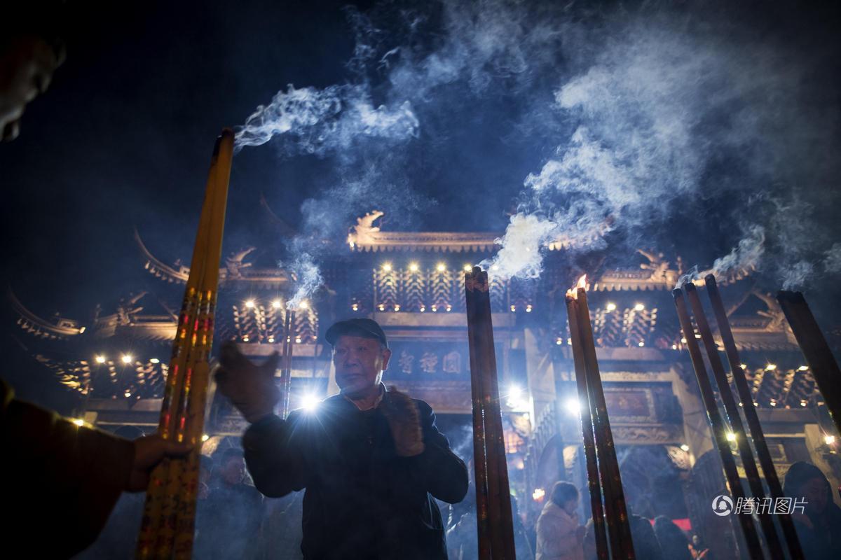 除夕夜 全球的寺庙都被挤爆了 - 海阔山遥 - .