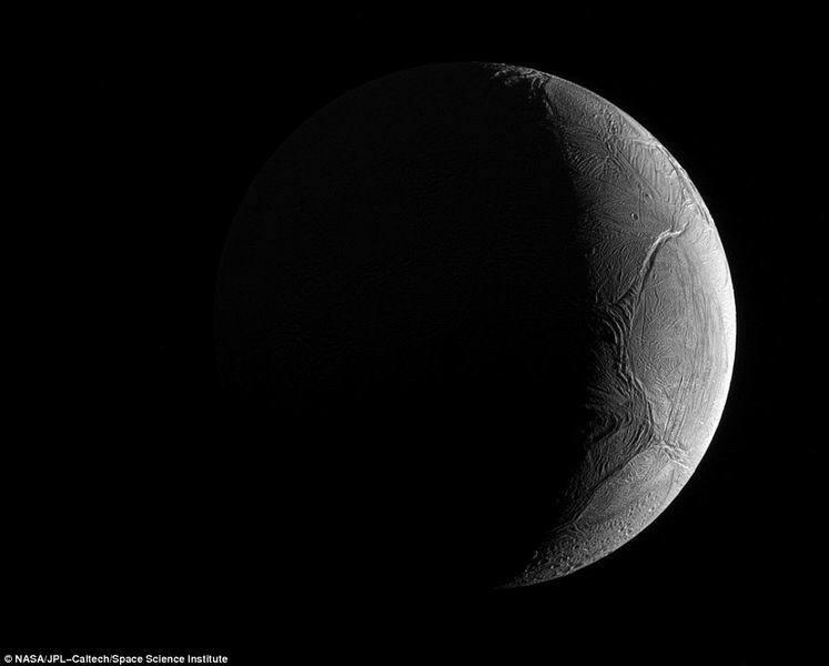 卡西尼探测器最新拍摄土卫二近距照片