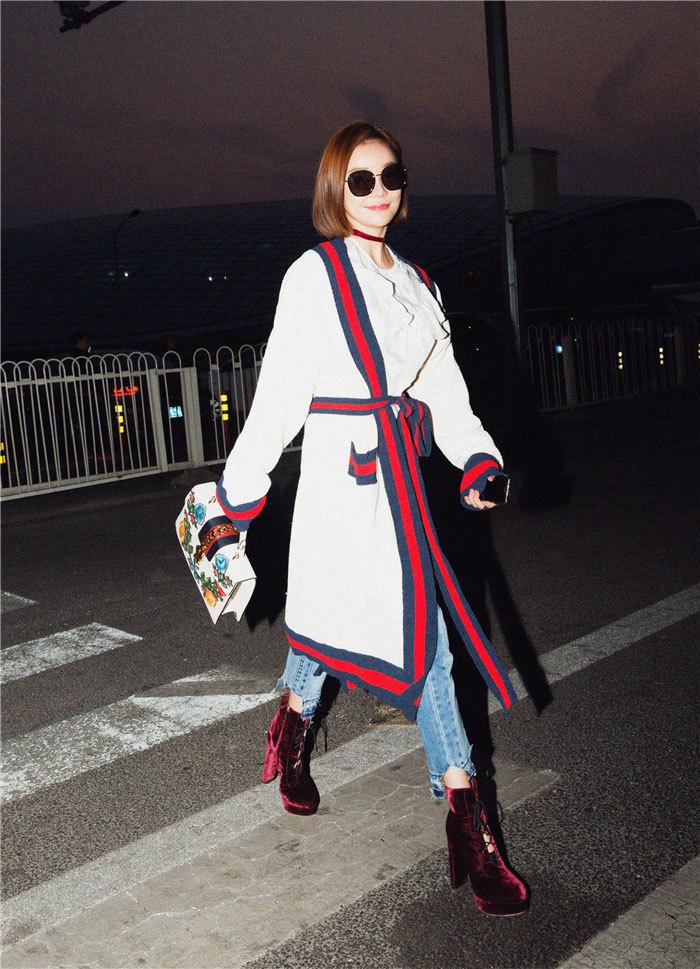 袁姗姗演绎时髦新穿法 浴袍穿出街也能美翻天