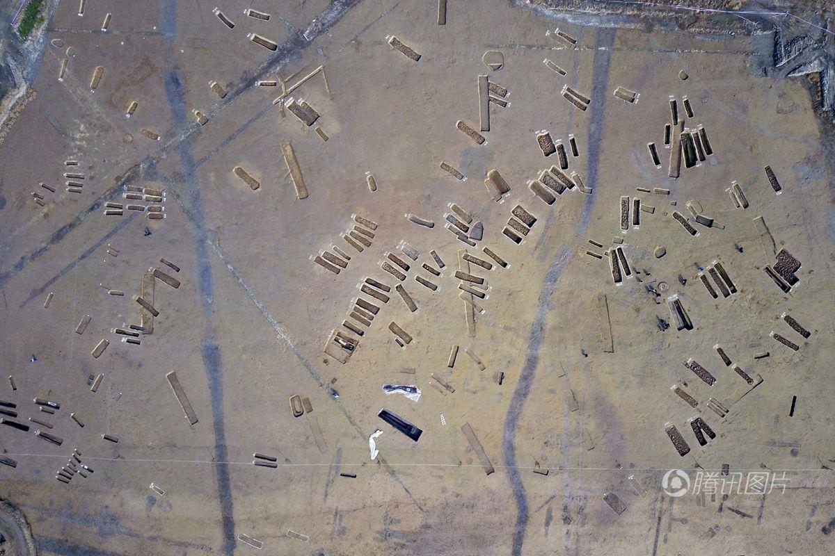 """航拍成都大型墓葬群 如""""显微镜中的世界"""""""