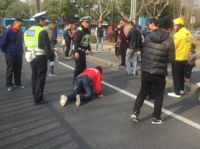 杭州外卖小哥当街爬行送餐?真相让人难受 - 耄耋顽童 - 耄耋顽童博客 欢迎光临指导