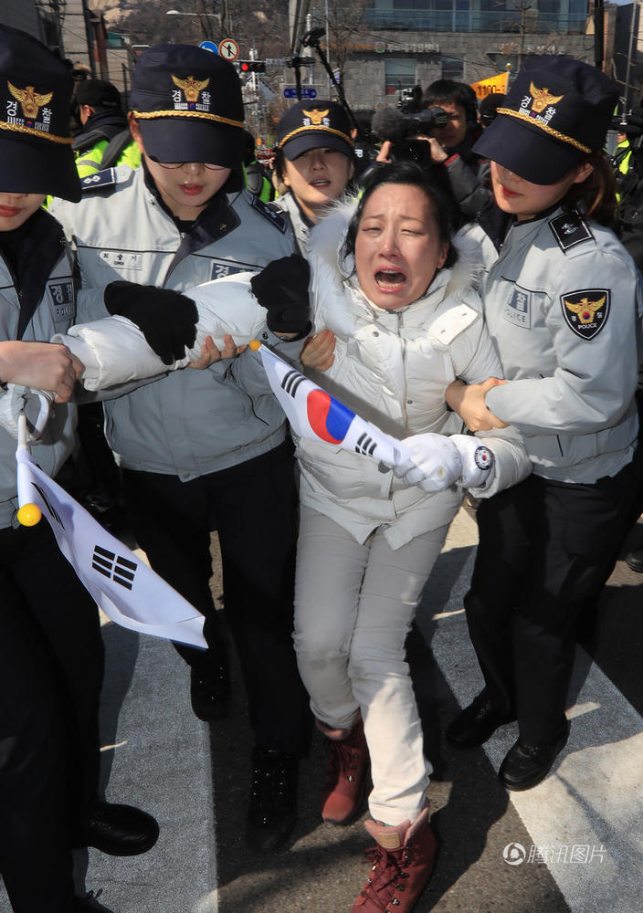 【图片新闻】韩国总统朴槿惠被弹劾下台 场外民众悲喜交加 - 耄耋顽童 - 耄耋顽童博客 欢迎光临指导