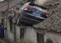 看天下:汽车飞上屋顶 车主借一条梯子逃生