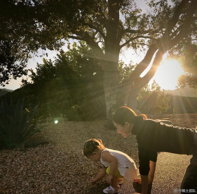 章子怡与女儿在路边玩石子 幸福原来如此简单(图)