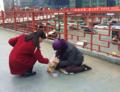 看天下:女子给跪地乞丐一袋麻花 被扔进垃圾桶