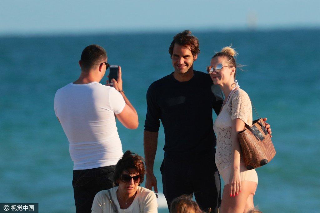 组图:费德勒海边被求合影 女粉丝露半臀抢镜