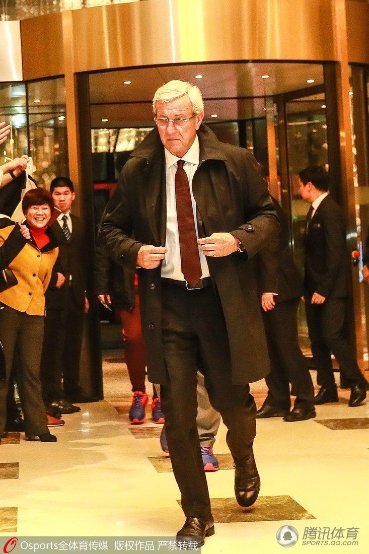 【图片新闻】球迷齐聚酒店欢迎国足凯旋 里皮意气风发 - 耄耋顽童 - 耄耋顽童博客 欢迎光临指导