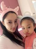 李小璐与女儿做美容 甜馨越来越美了