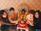 何洁手捧蛋糕庆31岁生日 还是一幅少女模样