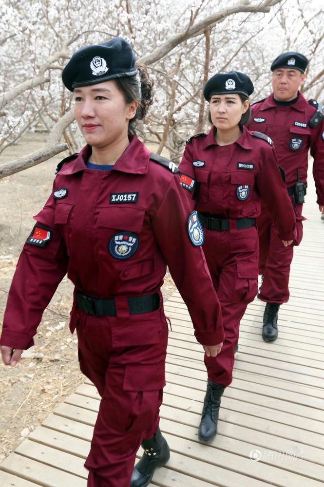 新疆旅游警察亮相 贝雷帽配酒红色制服2017.3.28 - fpdlgswmx - fpdlgswmx的博客