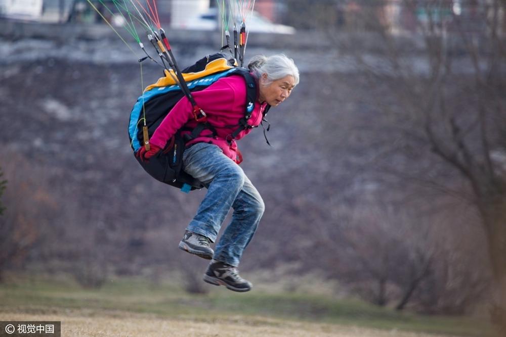 高清:69岁活力老太爱上滑翔伞 白发迎风飞翔